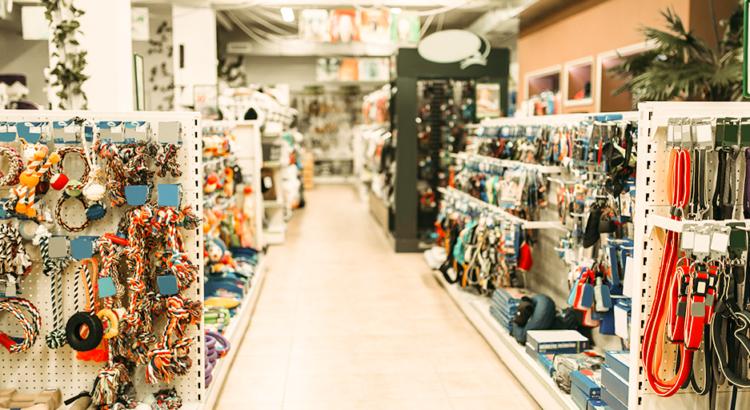 Ambiente de pet shop com corredores organizados com produtos para aumentar as vendas