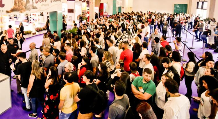 foto de um evento do mercado pet lotado de pessoas